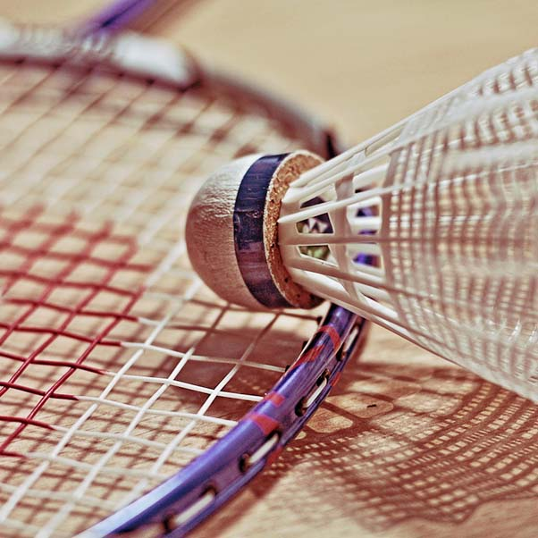 Le badminton est un sport qui se pratique exclusivement en salle en simple ou en double…